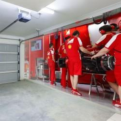 Papier peint garage Ferrari